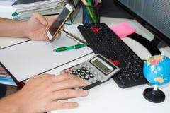 Mano con il calcolatore Affare di contabilità e di finanza Fotografia Stock Libera da Diritti