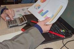 Mano con il calcolatore Affare di contabilità e di finanza Persona di affari che lavora nell'ufficio Immagini Stock Libere da Diritti