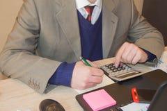 Mano con il calcolatore Affare di contabilità e di finanza Persona di affari che lavora nell'ufficio Fotografia Stock