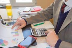 Mano con il calcolatore Affare di contabilità e di finanza Persona di affari che lavora nell'ufficio fotografia stock libera da diritti