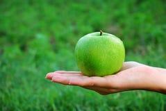 Mano con il concetto verde di salute della mela Fotografia Stock