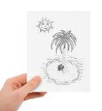 Mano con il disegno dell'isola tropicale Fotografia Stock