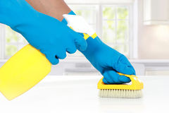 Mano con il guanto facendo uso della spazzola di pulizia da pulire Fotografie Stock Libere da Diritti