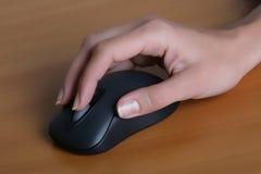 Mano con il mouse Fotografia Stock