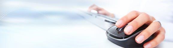Mano con il mouse del calcolatore Fotografia Stock Libera da Diritti