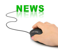 Mano con il mouse del calcolatore e le notizie di parola Fotografia Stock Libera da Diritti