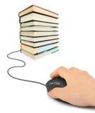 Mano con il mouse ed i libri del calcolatore Fotografia Stock Libera da Diritti