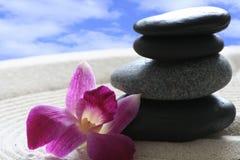 Mano con il mucchio delle pietre di zen Fotografia Stock