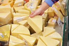 Mano con il pezzo di formaggio in deposito fotografie stock libere da diritti