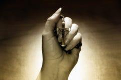 Mano con il rosario Fotografia Stock Libera da Diritti