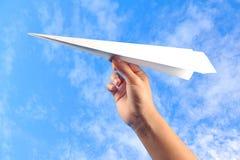 Mano con l'aereo di carta Fotografia Stock Libera da Diritti