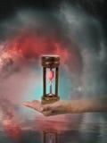 Mano con l'orologio della sabbia Fotografia Stock