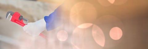 Mano con la abrazadera en solar con el encendido de efecto ligero de la transición del bokeh Foto de archivo libre de regalías
