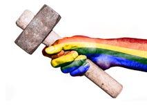 Mano con la bandera de la paz que maneja un martillo pesado Imágenes de archivo libres de regalías