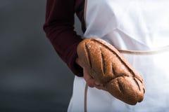 Mano con la barra de pan Imagen de archivo