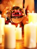 Mano con la bola de cristal. Foto de archivo libre de regalías