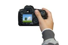 Mano con la cámara digital de la foto Imagen de archivo libre de regalías