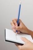 Mano con la escritura del lápiz Imagen de archivo libre de regalías