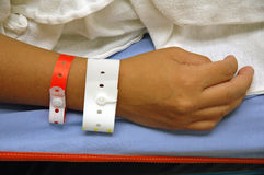 Mano con la identificación del hospital Imagen de archivo libre de regalías
