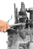 Mano con la maneta del trinquete y el engranaje mecánico Foto de archivo libre de regalías