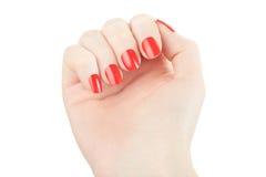 Mano con la manicura y el esmalte de uñas rojo fotos de archivo