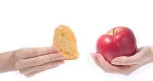 Mano con la manzana y la torta Imagen de archivo libre de regalías
