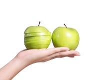 Mano con la mela verde Immagine Stock