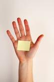 Mano con la nota en blanco Imágenes de archivo libres de regalías