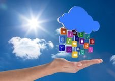 mano con la nube con los iconos del uso encima en el cielo Imagen de archivo
