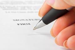 Mano con la penna ed il contratto Immagine Stock Libera da Diritti