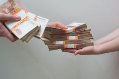 Mano con la pila de dinero ruso imagen de archivo libre de regalías