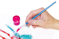 Mano con la pintura del cepillo fotografía de archivo libre de regalías