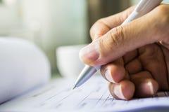 Mano con la pluma sobre formulario de inscripción Fotografía de archivo libre de regalías