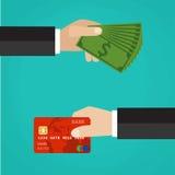 Mano con la tarjeta de crédito y mano con efectivo Foto de archivo libre de regalías