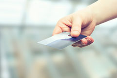 Mano con la tarjeta del plástico del crédito de banco Imagen de archivo