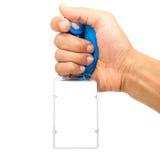 Mano con la tarjeta en blanco/la insignia de la identificación con la correa azul aislada Foto de archivo