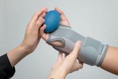 Mano con la testa di legno di sollevamento di sostegno di polso per l'esercizio della mano, mano di riabilitazione Immagine Stock