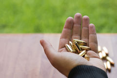 Mano con las balas de 9m m Mano que sostiene balas Imagen de archivo libre de regalías