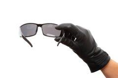 Mano con las gafas de sol negras imagen de archivo libre de regalías