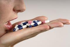 Mano con las píldoras Foto de archivo libre de regalías