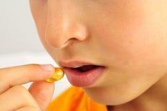 Mano con las píldoras para utilizar la medicina Imágenes de archivo libres de regalías