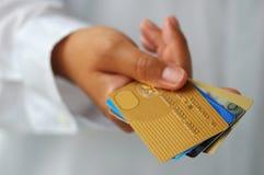Mano con las tarjetas de crédito Fotos de archivo libres de regalías