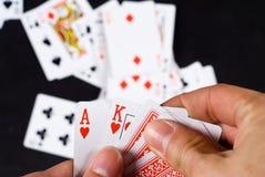 Mano con las tarjetas que juegan Imagenes de archivo