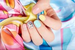Mano con le belle unghie dipinte Fotografia Stock