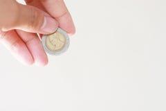 Mano con le monete del bagno Fotografia Stock Libera da Diritti