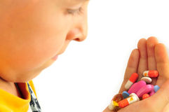 Mano con le pillole per usare medicina Immagine Stock