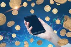 Mano con lo smartphone, pioggia del bitcoin, grafico, blu Immagine Stock