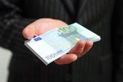 Mano con los billetes de banco Imagen de archivo libre de regalías