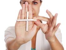 Mano con los cigarrillos Imagen de archivo libre de regalías