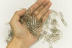 Mano con los clips de papel Foto de archivo